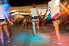 Dansa för folk som är driftigt i idrottshallkonditiongrupp Royaltyfria Bilder