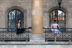 Dansa för två härligt ballerina som är utomhus- royaltyfria bilder