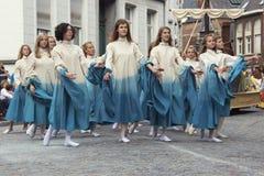 Dansa för unga flickor som följs av ett fartyg på en vagn Royaltyfri Fotografi