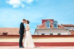 dansa första bröllop gifta sig par dansar på taket bröllop för tappning för klädpardag lyckligt Lycklig ung brud och brudgum på d arkivbilder