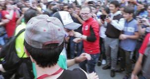 Dansa fans i cirkeln av åskådare lager videofilmer
