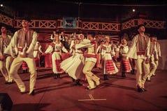Dansa folk i folkdräkter i Slovakien Arkivbild
