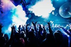 Dansa folk i nighclub med gasformigt grundämnemoln Royaltyfri Bild