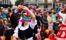 Dansa folk på karnevalbollar Arkivbild