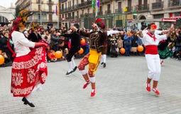 Dansa folk på karnevalbollar Arkivfoton