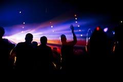 Dansa folkmassan arkivfoton