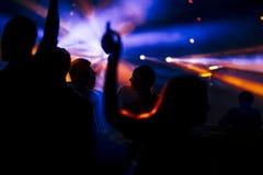 Dansa folkmassan arkivbild
