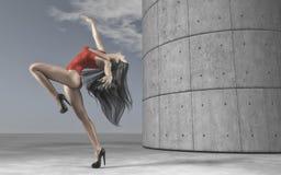 Dansa för unga kvinnor som är utomhus- Arkivfoto