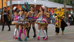 Dansa gruppen som nära dansar traditionell dans av Bolivia i Ciudad Mitad del Mundo den turistic mitten av staden av Quito Arkivbilder