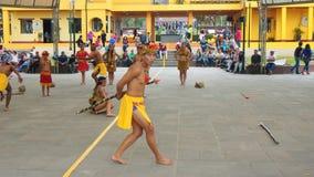 Dansa gruppen som nära dansar traditionell dans av ecuadorianska amazon i Ciudad Mitad del Mundo den turistic mitten av staden av Royaltyfri Bild