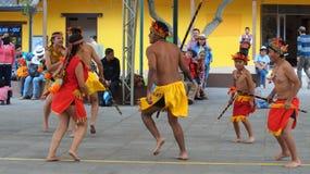 Dansa gruppen som nära dansar traditionell dans av ecuadorianska amazon i Ciudad Mitad del Mundo den turistic mitten av staden av Arkivbild