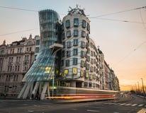 Dansa huset (Fred och ingefäran) i Prague under dagen Arkivfoto