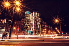 Dansa huset med trafik i Prague, rött filter royaltyfria foton