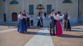 Dansa i cirklarna framme av kyrkan för precis gift par arkivfilmer