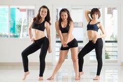 Dansa i idrottshall Arkivbild