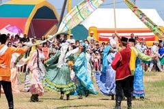 Dansa i ryska och Tatar nationella dräkter Royaltyfria Bilder