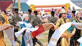 Dansa i ryska och Tatar nationella dräkter Royaltyfria Foton