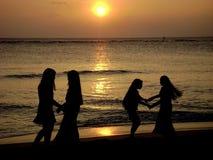 Dansa i solnedgången royaltyfri fotografi