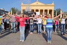 Dansa kapaciteten av ungdomen i det fyrkantigt utanför teatern för underhållningfestivalen för 21 strid adlar den stora byeloruss Arkivbild
