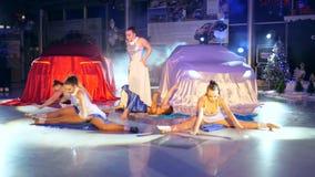 Dansa konkurrens, böjliga kvinnor in i klänningar dansar i strålkastare på natten lager videofilmer