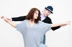 Dansa läraren som arbetar med den unga kvinnan, när du dansar Arkivfoton