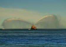 Dansa med vatten, brandfartyg som besprutar vatten Arkivbild