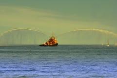 Dansa med vatten, brandfartyg som besprutar vatten Fotografering för Bildbyråer