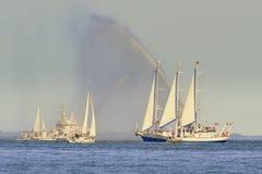 Dansa med vatten, brandfartyg som besprutar vatten Arkivbilder