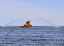 Dansa med vatten, brandfartyg som besprutar vatten Royaltyfri Bild