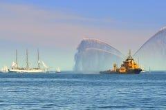 Dansa med vatten, brandfartyg som besprutar vatten Arkivfoton