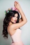 dansa nätt kvinna Fashion modellerar med makeup Royaltyfri Foto