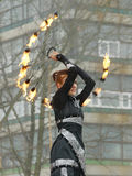 Dansa och jippon med brand Arkivbild
