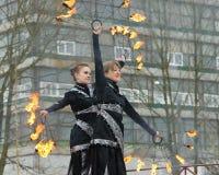 Dansa och jippon med brand Royaltyfri Bild