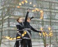 Dansa och jippon med brand Arkivfoto
