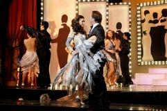 Dansa på etapp, musikalisk lek, teaterinre, skådespelarepar royaltyfria bilder
