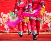Dansa på kinesiskt nytt år Arkivfoto
