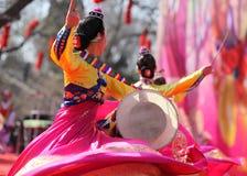 Dansa på kinesiskt nytt år arkivfoton