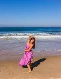 Dansa på stranden av Goa Arkivbild