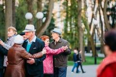 Dansa par i år på utomhus- Dance Floor bland att dansa Solus Arkivbilder