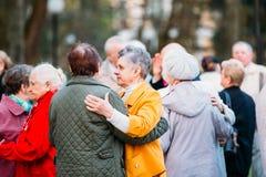 Dansa par i år på utomhus- Dance Floor bland att dansa Solus Fotografering för Bildbyråer