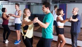 Dansa par som lär salsa Royaltyfri Bild
