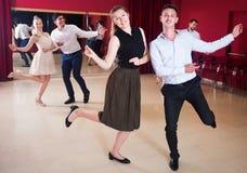 Dansa par som tycker om aktiv dans arkivfoton
