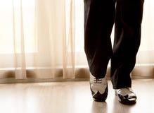 Dansa skor fot av manlig balsal-, latin-, salsa- och gungadanc Royaltyfria Bilder