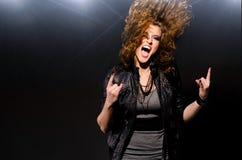Dansa till rockmusiken Arkivbilder
