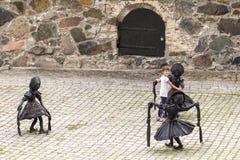 DANSA TRÄSKON GRILS, skulptur av Laura Ford, Oslo Royaltyfria Bilder