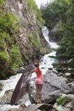 Dansa vid vattenfallet Arkivbild