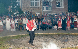 Dansant sur les charbons chauds aux jeux de Nestinar dans le village de Bulgari, la Bulgarie Photos libres de droits
