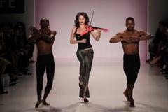 Dansare öppnar showen på salongen på Lincoln Center Fotografering för Bildbyråer