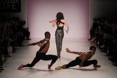 Dansare öppnar showen på salongen på Lincoln Center Arkivfoton