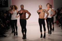 Dansare öppnar showen på salongen på Lincoln Center Arkivfoto